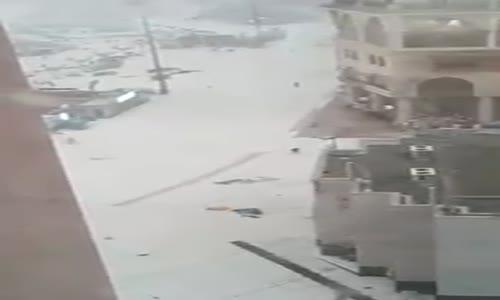 شاهد | تصوير من الحرم المكي يظهر قوة الرياح وكيف يتطاير الحجاج من شدتها !