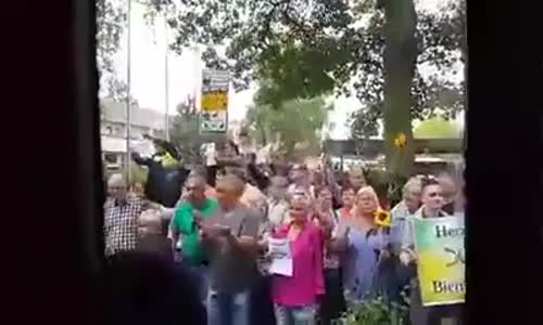 الالمان يستقبلون السورين بالورود الحكومة المانية التي فتحت ابوابها بالابتسامة والورود والمحبة .