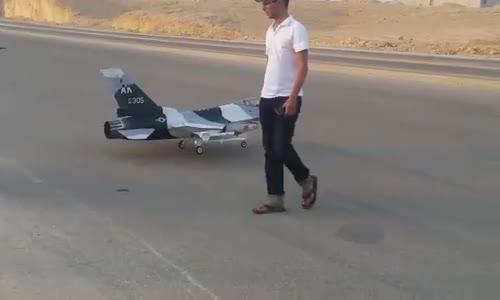 شاب سعودي يصنع طائرة حربية يتحكم بها عن بعد