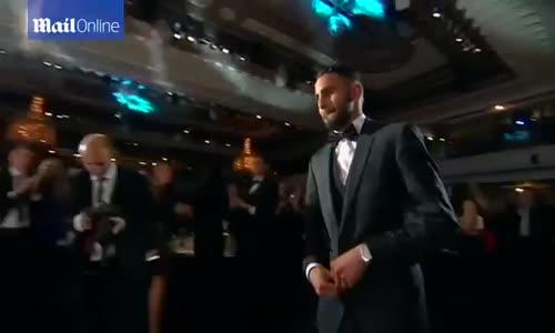 لحظة اعلان التتويج رياض محرز بأفضل لاعب في الدوري الإنجليزي