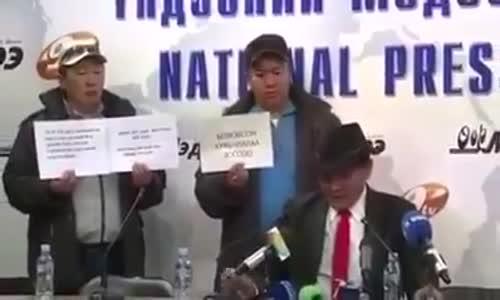 شاهد || خلال مؤتمر صحفي .. رئيس اتحاد التجارة المنغولي يحرق نفسه احتجاجاً على بيع بلاده الفحم للصين