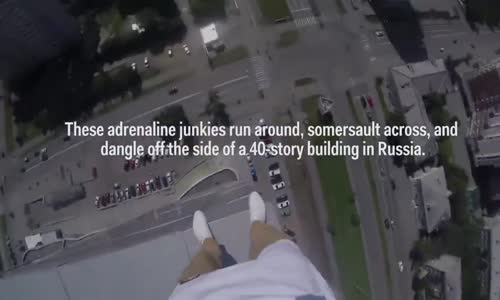 مغامر يتمشى ويهرول ويؤدي حركات رياضية على مبنى شاهق الأرتفاع!