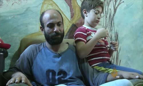 قصة بائع الأقلام في شوارع بيروت.. لاجئ سوري هزت صورته العالم وهو يحمل طفلته!