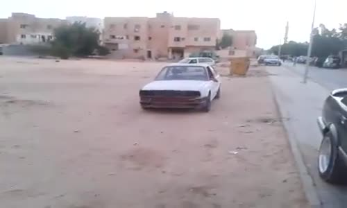 موهبة نادرة لطفل صغير يقود سيارة قديمة بمهرات عالية