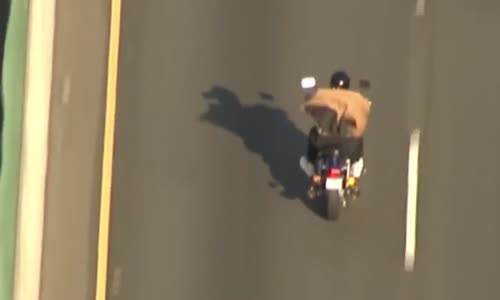 مطاردة قوية و مثيرة بين الشرطة الامريكية و سائق دراجة نارية