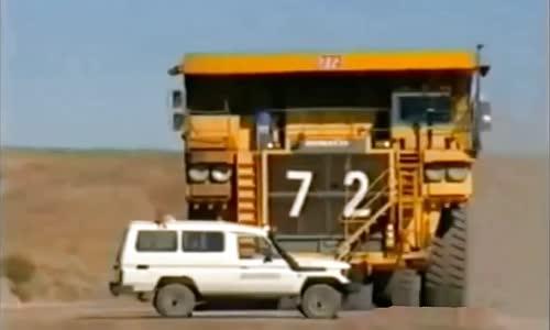 شاحنة تفريغ عملاقة تصعد فوق سيارة