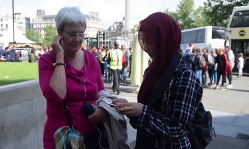 (Call To Prayer)فتاة جزائرية  في بريطانيا  تقوم بتجربة اجتماعية ردة فعل استماع الناس للاذان
