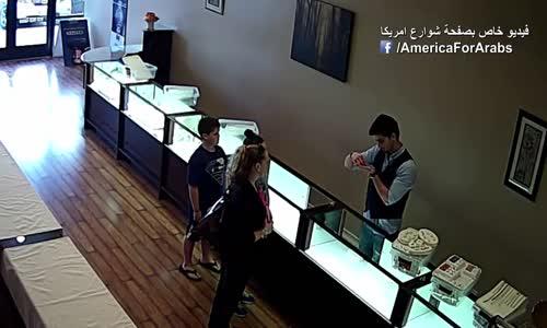 شاهد ماذا فعل هذا الشاب العربى مع هذه السيدة الامريكية فى محل لبيع الذهب