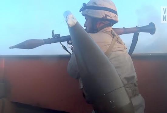 فيديو لمعركة حقيقة لجنود دولة  داعش مسجلة بكميرا فوق راس الجندي