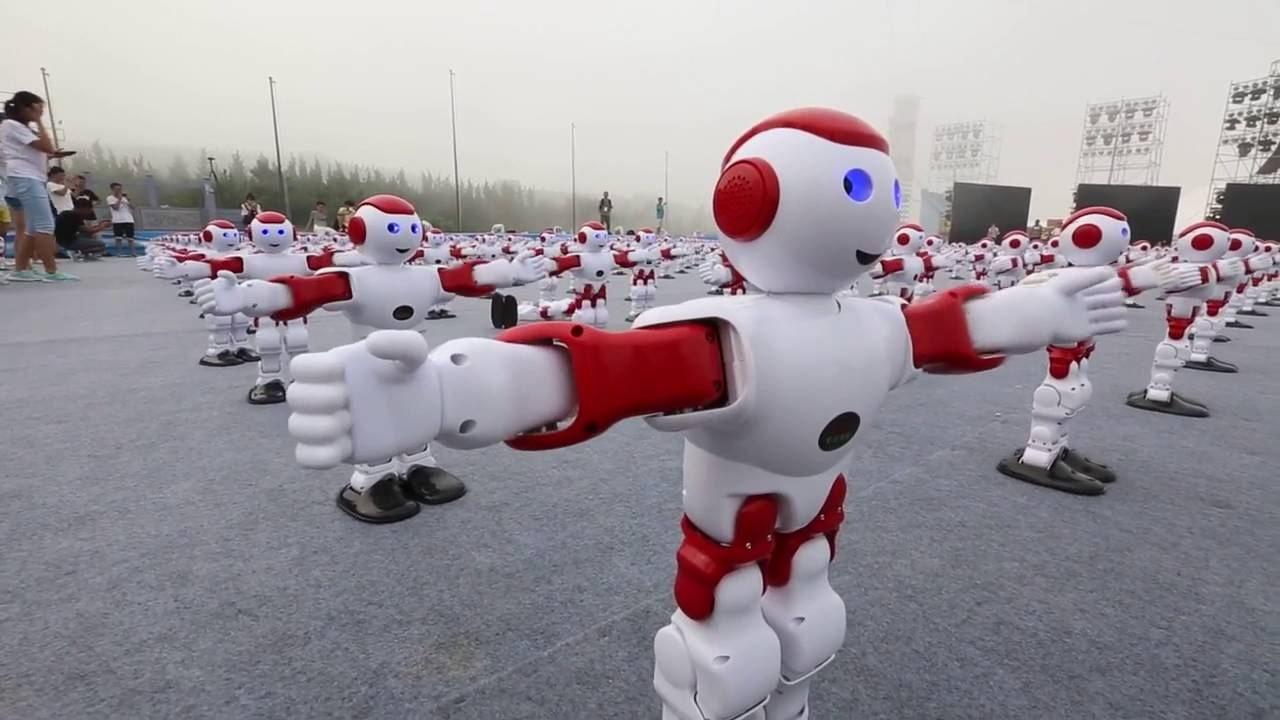 1007 روبوت يؤدون رقصة جماعية مذهلة تم التحكم بهم بهاتف واحد فقط