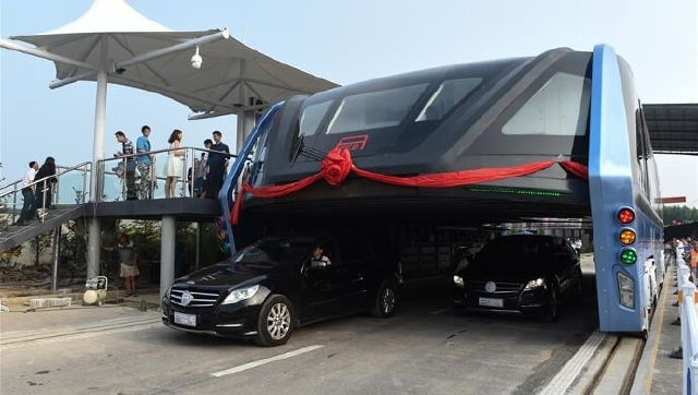 الصين تقوم بتجربة اطلاق اول حافلة عصرية مذهلة يمكن للسيارات ان تسير تحتها