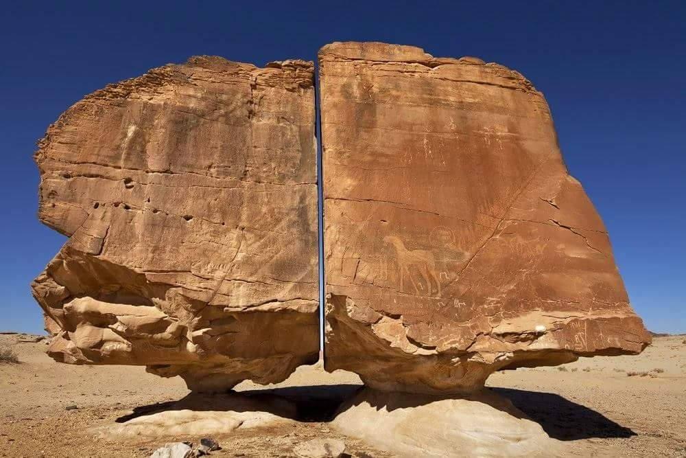 الصخرة العجيبة المنشطرة بالنصلة جنوب تيماء السعودية Full HD