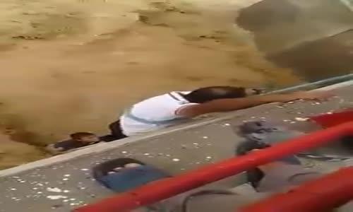 إنقاذ طفل في واد شتمة باعجوبة بعدما جرفته سيول الوادي ...!!