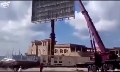 بالفديو سقوط رافعة على منزل مواطن !!!