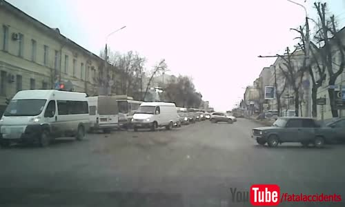 Crafty car driver fakes right turns left