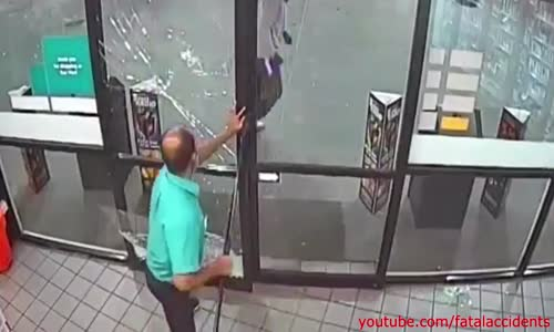 CCTV Shopkeeper Fights Off Gort the Robber