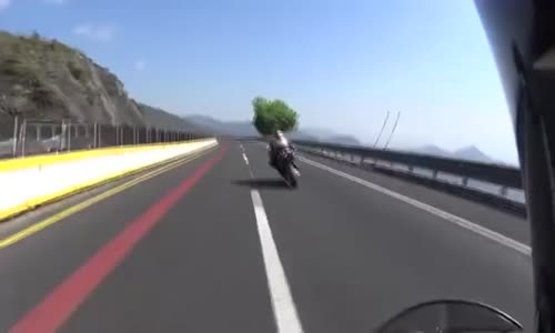 Motorcyclist speeds in 'La pera' and kills another oncoming one