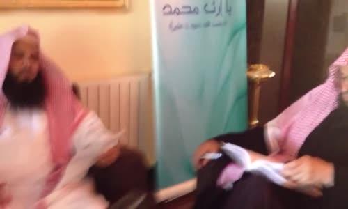 عائض القرني يكتب قصيدة وينشدها المغربي في نفس الجلسة  تصوير خاص