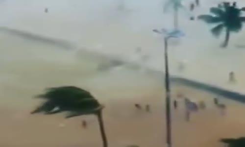 اخبار اليوم ببرازيل اعصار يضرب شاطئ ويرفع الناس في الهواء