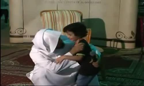 طفل يفاجئ الشيخ سلمان العودة أثناء المحاضرة ويعانقه