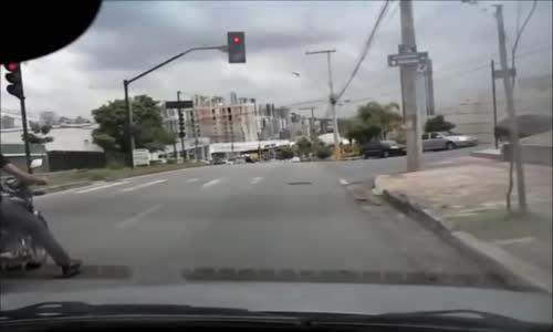#فيديو _ سائق دراجه يركل سيارة ،، شاهد النتيجه