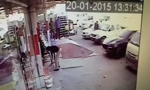 قطري بسيارته البورش .. يصطدم بـ محل ويدهس البائع
