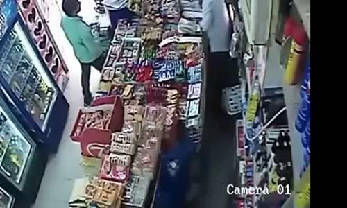 سطو مسلح على بقالة بالكويت بواسطة مطرقة