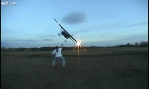 طيارة تقترب بشدة من الأرض وتكاد تصدم المصوّر