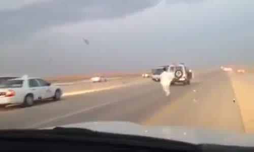 مواطن سعودي بطل ( يتدخل لايقاف سيارة ) نقل تطاردها الشرطة