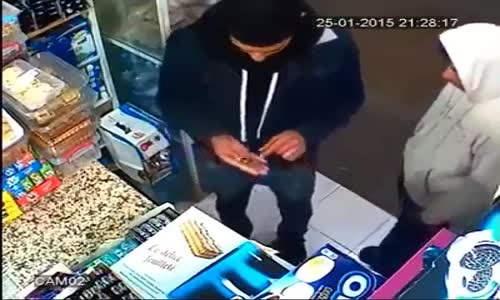 فيديو_ صاحب سوبر ماركت مغربي يكتشف شاب سرق علبة بسكويت !