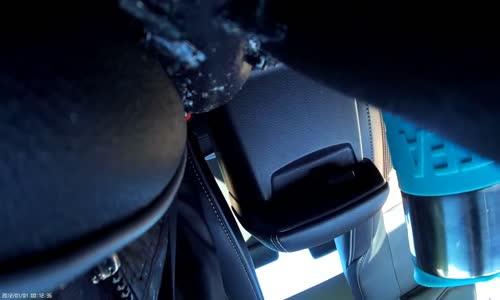 تاير يظهر فجأة أمام سائق ويحطم سيارته