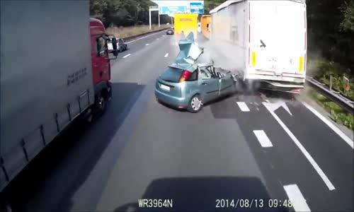 حادث عنيف لسيارة تتمزق بين شاحنتين