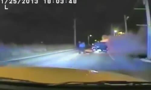 شرطي شجاع ينقذ رجل من سيارة تحترق