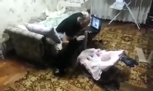 فيديو_ شاهد ردة فعل قطه امام محاولات ضرب الاب لطفله الرضيع .. مدهش