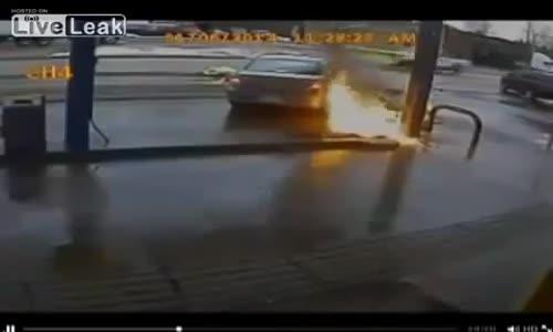 سيارة تصدم محطة وقود وتتسبب بحريق وتدهس أحد العاملين