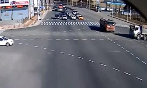 فيديو _ #حادث عنيف بين شاحنتين محملتين بالتراب !!