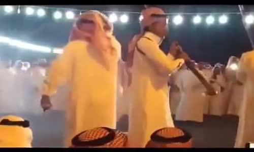 انفجار ( البارود ) في وجه شايب سعودي في احد الاحتفالات