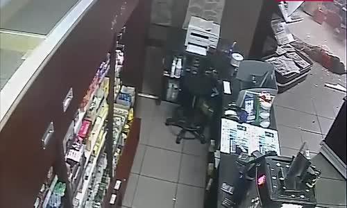 #فيديو _ لص حاول يسرق محل فـ سقط وفقد الوعي !!
