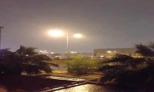 ( صاعقة ) تضرب بالقرب من مواطن يصور الامطار في الرياض .. قبل قليل ١٦_١١_٢٠١٣