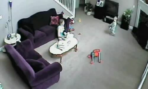 فيديو_ قط يهاجم جليسة اطفال في احد المنازل بـ امريكا