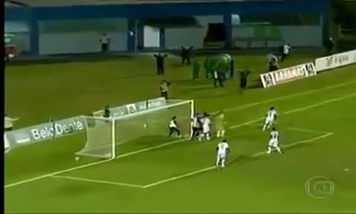 مسعف برازيلي يمنع هدف ضد فريقه بطريقة جنونية