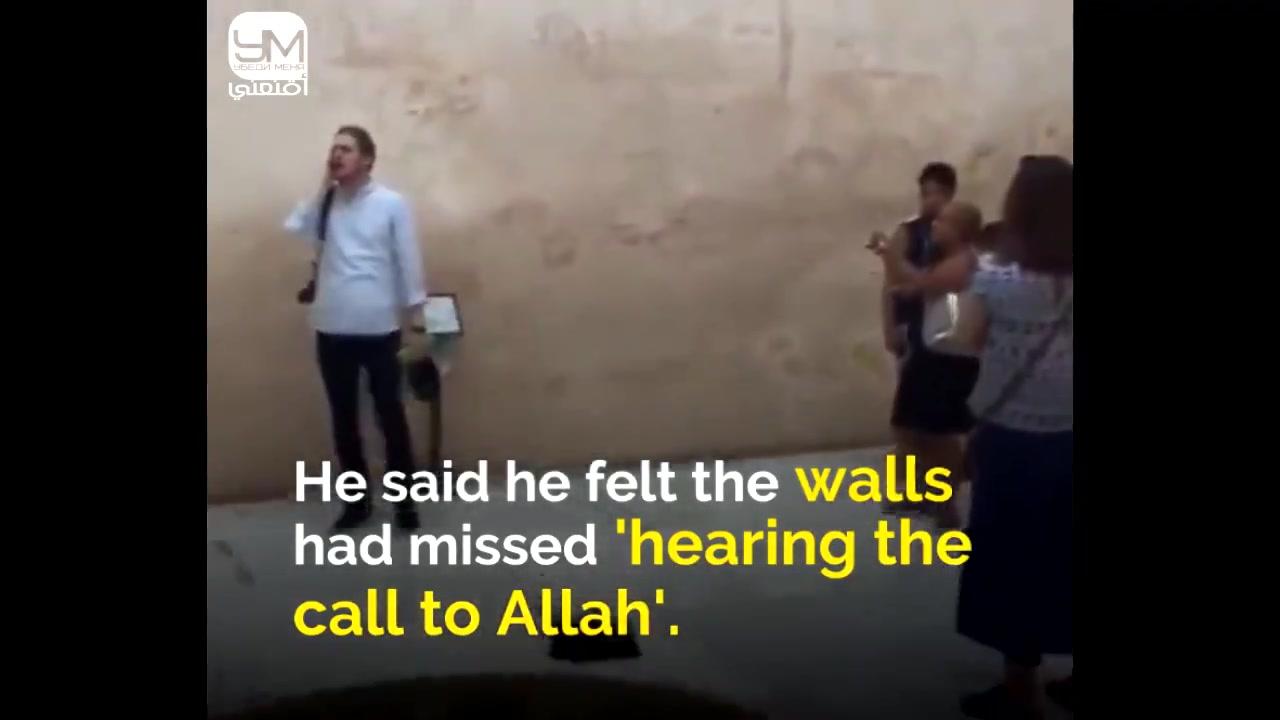 رجل يرفع الآذان في اسبانيا بعد انقطاعه أكثر من 500عام