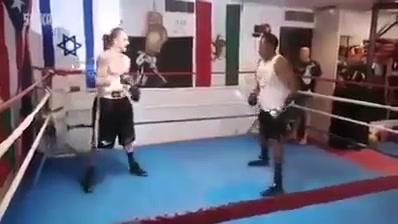 ملاكم إسرائيلي  يقوم بضرب الناس في صالة التدريب ولكن المفاجأة أتي ملاكم أمريكي من اصول أفريقية