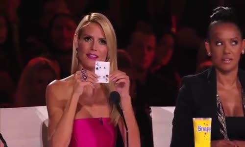 ساحر يسرق هاتف عضو بـ لجنة تحكيم Americans Got Talent ويعيده بطريقة غريبة