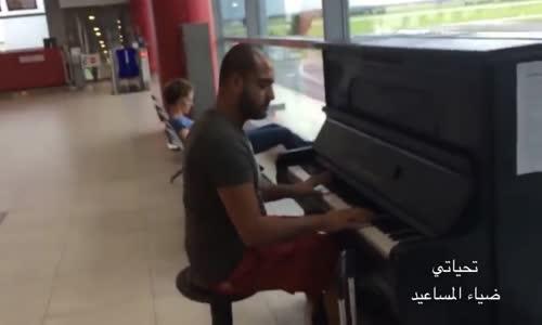 مسافر عربي لقى بيانو في مطار براغ وعزف بطريقة غريبة،