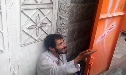 مجنون يقراء قرآن بصوت رائع سبحان الله
