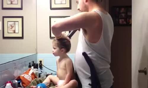 كيف يربط الرجل شعر ابنته :v باستعمال المكنسة الكهربائية