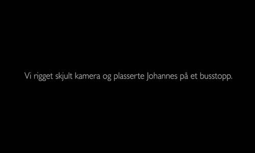 طفل في النرويج يعاني من شدة البرد شاهد ماذا كانت ردة فعل الناس !!!!!!