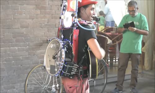 "One-Man Band Sings ""Volare"" Street Performer"