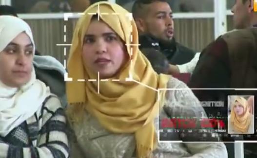 الكاميرا الخفية فتاة تجلس في المحطة حتى ترى نفسها في اخبار عاجة  مجرمة خطيرة مبحوث عنها